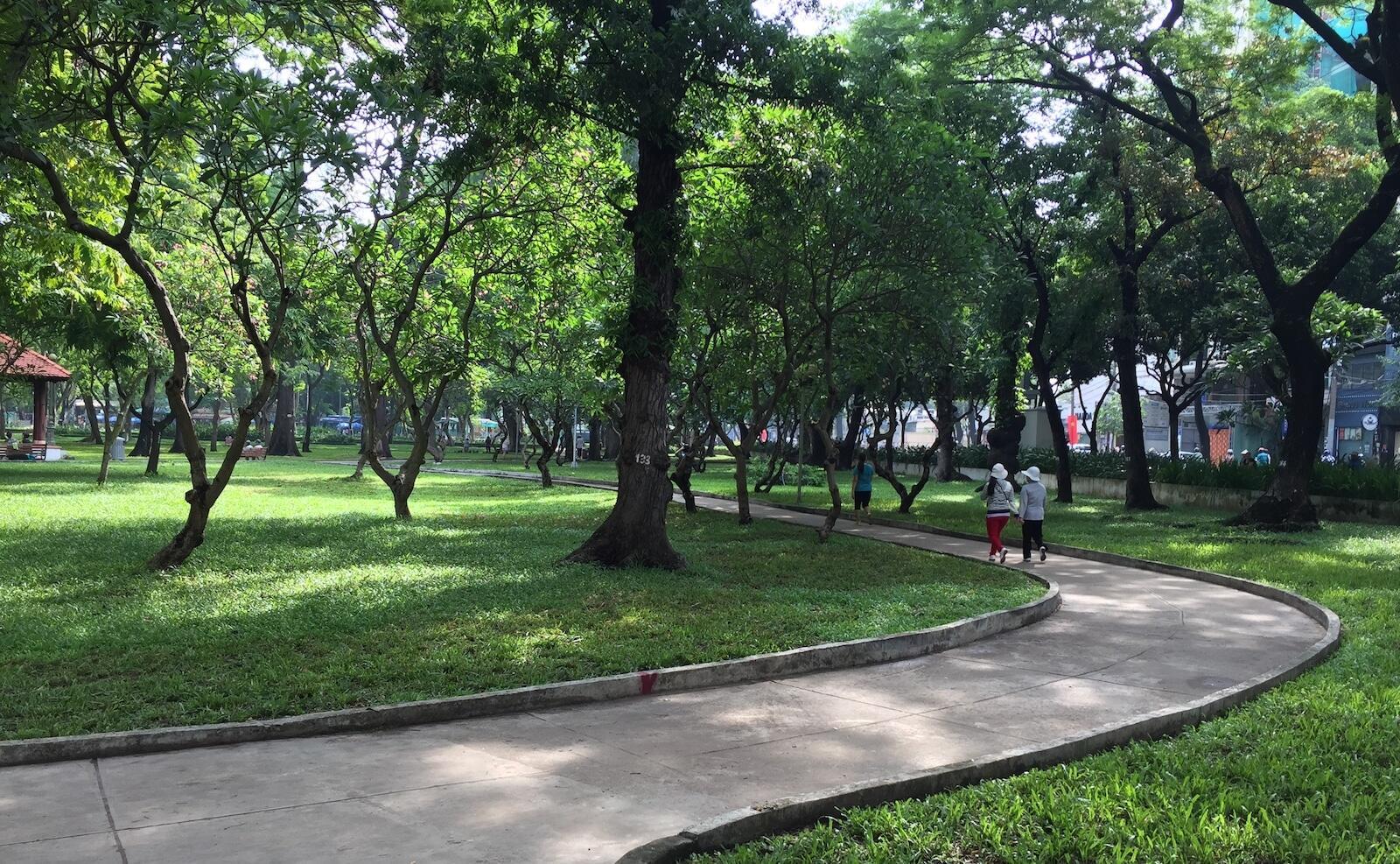 Tránh nắng ở công viên Lê Văn Tám