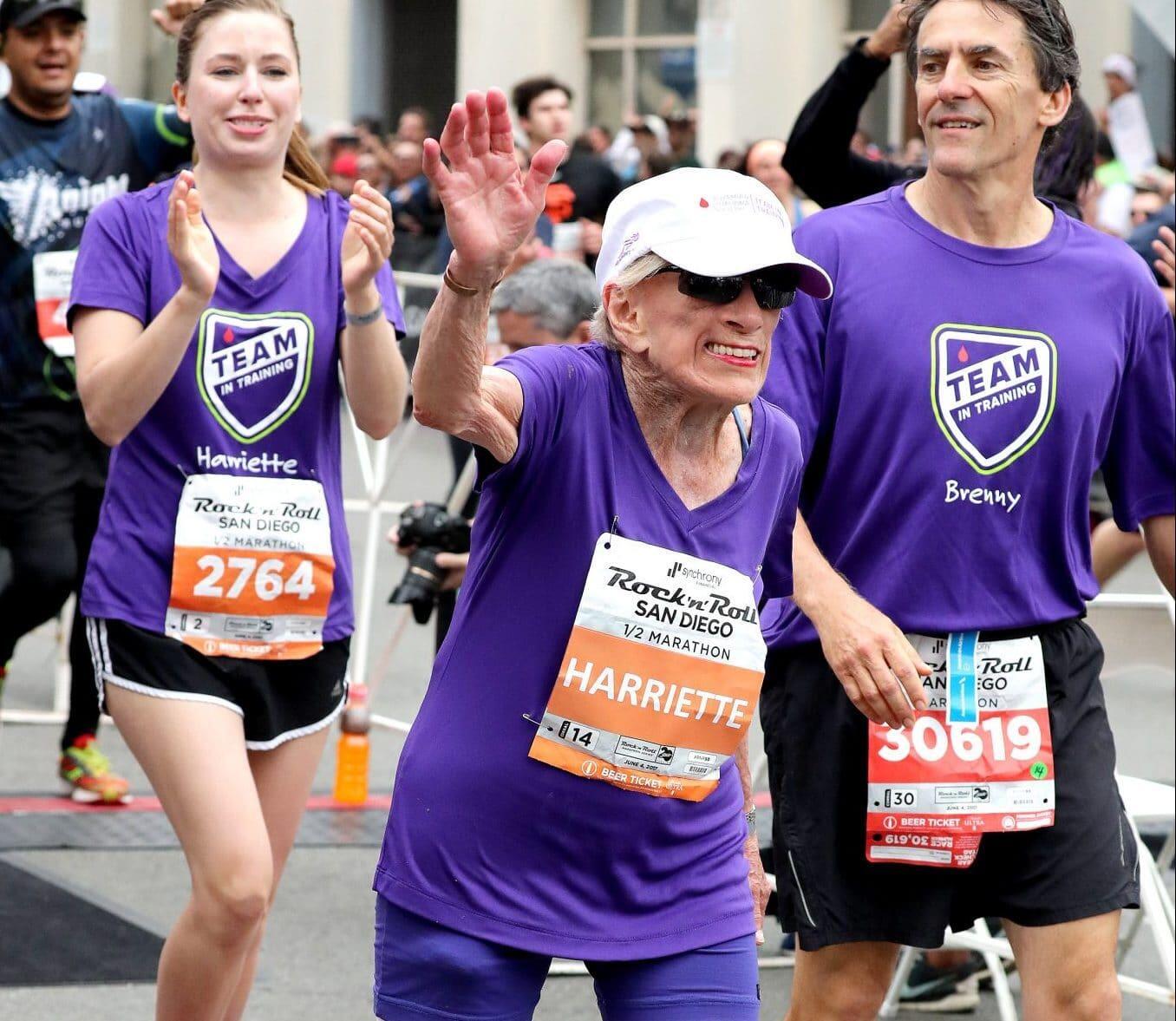 Cụ bà Harriette Thompson lập kỷ lục thế giới khi chinh phục Half-Marathon ở tuổi 94